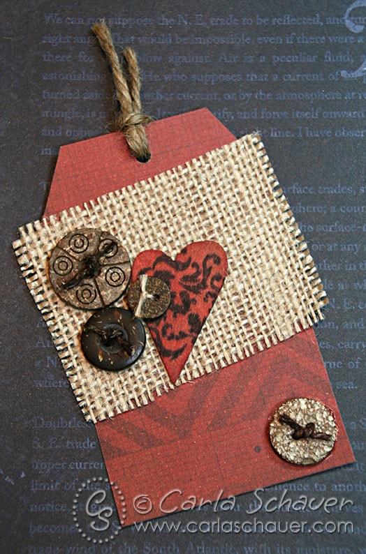 Button e tag de serapilheira por Carla Schauer